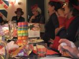 ..grote hilariteit, achter tafel Vicequeen Grace of Red Hats